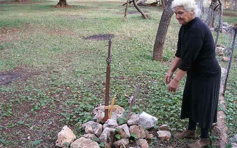 74 χρόνια «φυλάει» στην αυλή της νεκρούς στρατιώτες